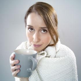 Девушка с чашкой в пледе