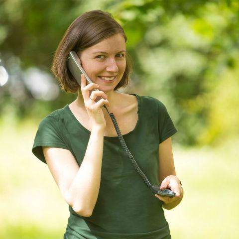 Девушка с телефоном на природе