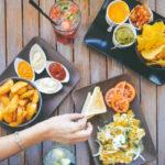 Картофель и чипсы с соусами