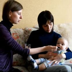 Кормление ребенка из ложки.
