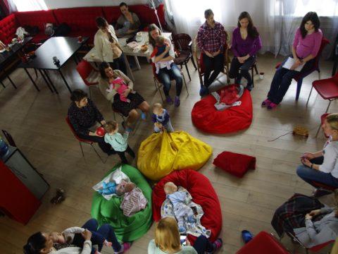 Мамы сидят в круге на занятии с малышами
